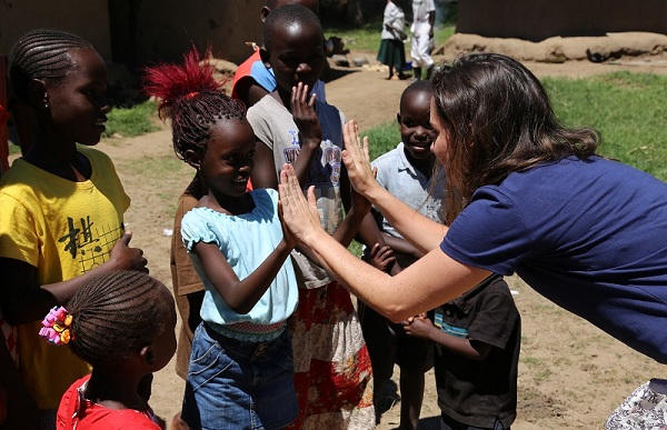 Elisa Pizzi playing with Kenyan kids.