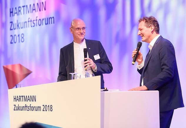 Andreas Joehle and Dr. Eckart von Hirschhausen talking on stage during the HARTMANN Future Forum.