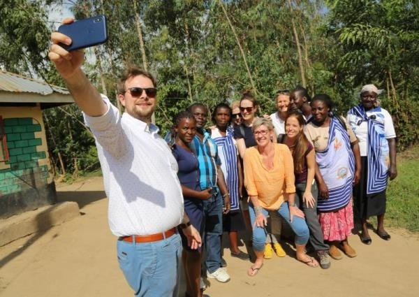 Jan taking a group selfie with his HARTMANN colleagues and Kenyan healthcare workers.