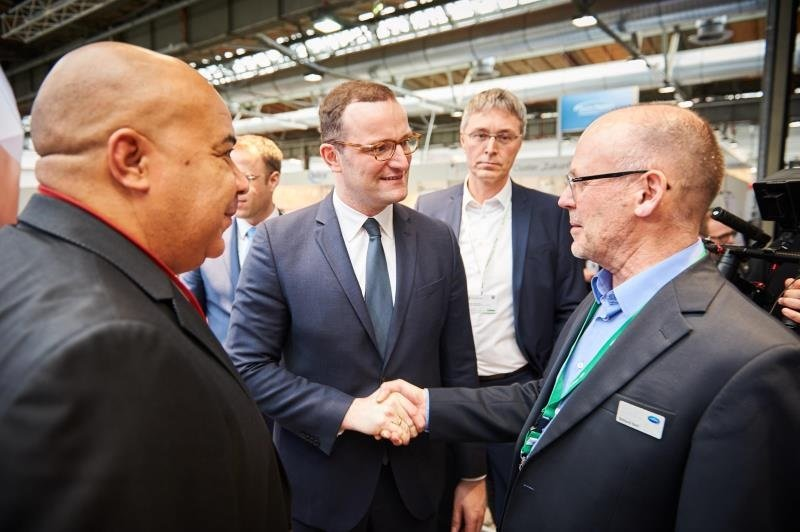 Chima Abuba (Managing Director HARTMANN Germany), Jens Spahn (Health Minister) and Raimund Koch (HARTMANN health public policy spokesman)