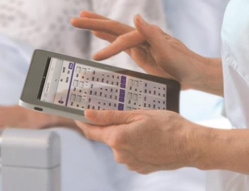 Healthcare Professional checking hand hygiene compliance with HARTMANN evolution app