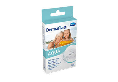 Hartmann DermaPlast® Aqua plaster transparent water resistant packshot with mother and daughter swimming in water on floating matress.