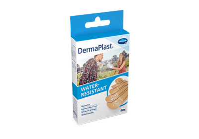 Hartmann DermaPlast® Water Resistant plaster packshot with couple playing with water hose in summer clothes wet.
