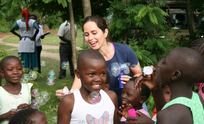 Elisa Pizzi doing soap bubbles with Kenyan kids.